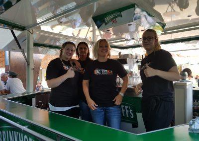 Team von Timo's Kellnerservice auf einem Bierwagen