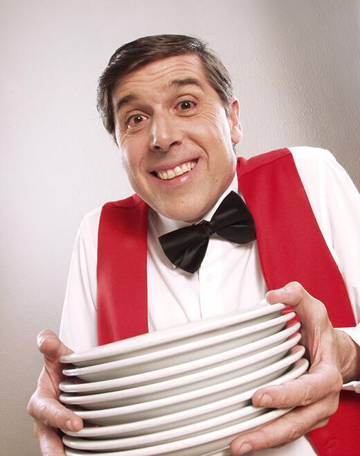Kellner mit Teller-Stapel
