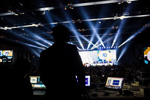 DJ am Mischpult, Konzert Szene im Hintergrund