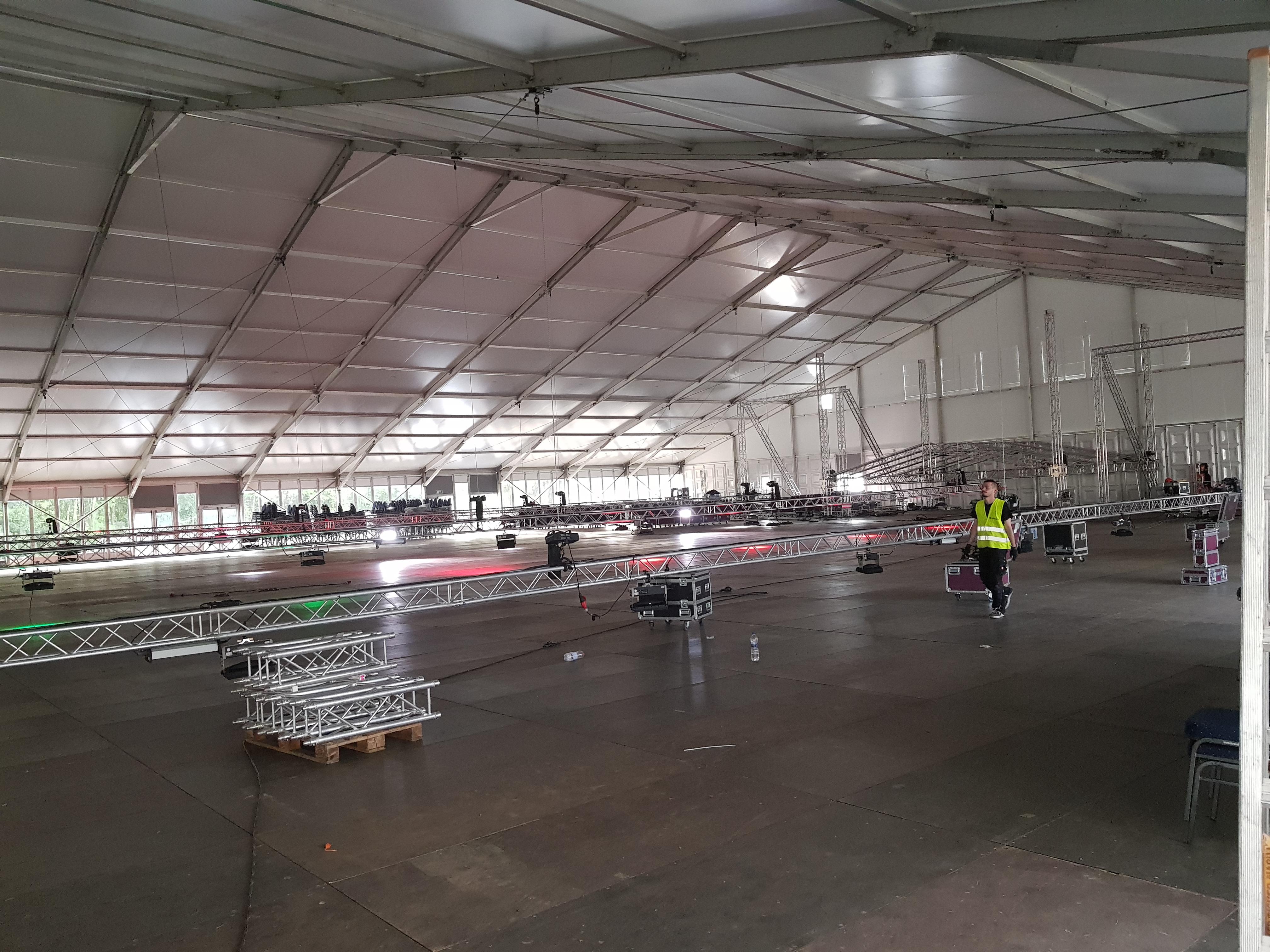 Aufbau einer Veranstaltungshalle