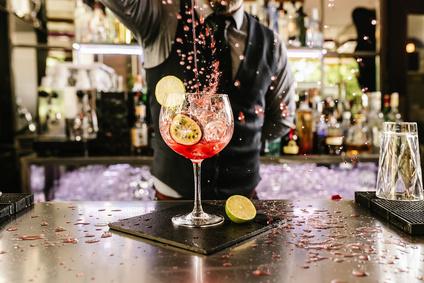 Kellner schenkt Getränk in ein Glas