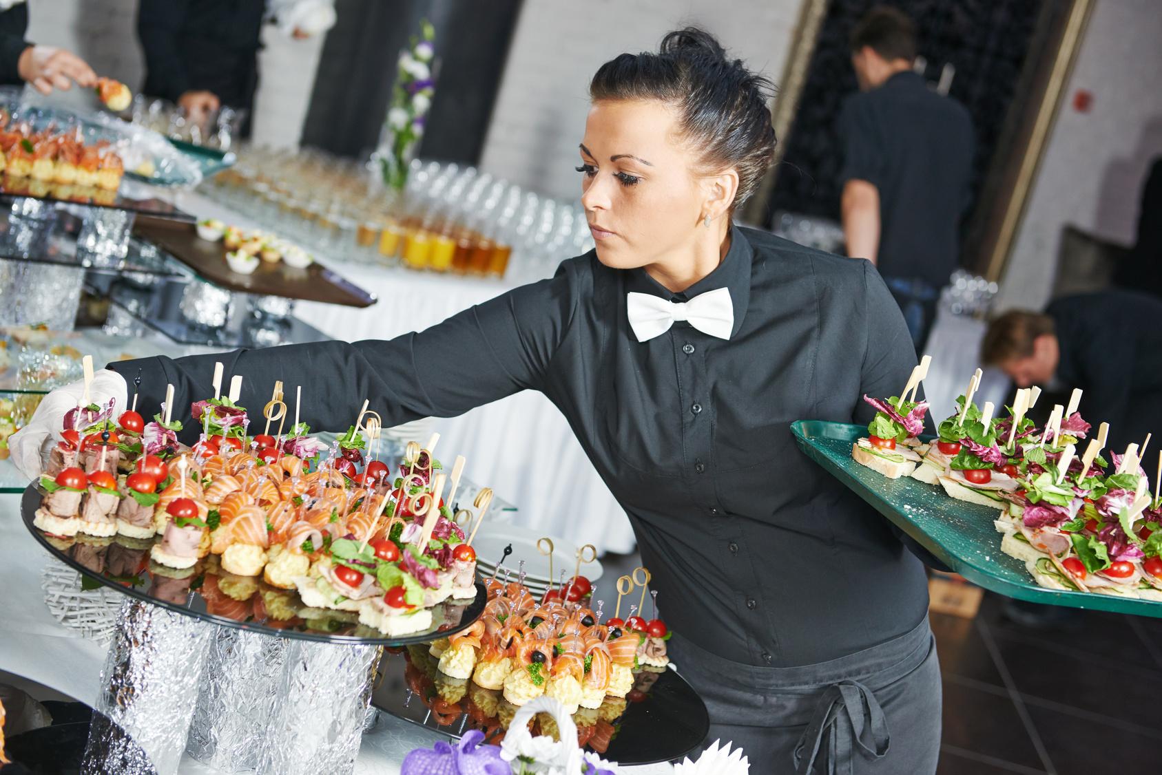 Kellnerin beim Servieren